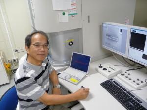NB5000型FIB-SEM(集束イオン/電子ビーム加工観察装置)の前にて