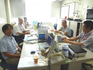 早稲田大学ナノテクノロジープラットフォームの技術スタッフの皆様(事務室にて)